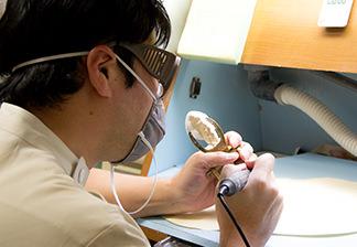 加工する歯科技工士