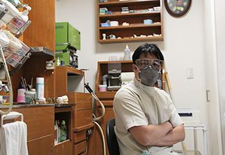 マスクをした歯科技工士